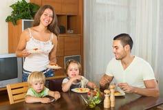 Familia de cuatro miembros que come los espaguetis Fotografía de archivo libre de regalías