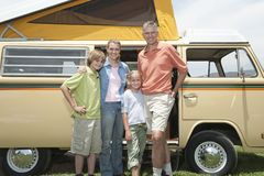 Familia de cuatro miembros que hace una pausa Campervan Foto de archivo libre de regalías