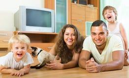 Familia de cuatro miembros que juega con el gatito Imágenes de archivo libres de regalías