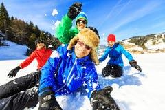 Familia de cuatro miembros que se divierte en la nieve Foto de archivo libre de regalías