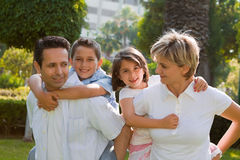 Familia de cuatro miembros sonriente Imagenes de archivo