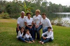 Familia de Extende por el lago Imagen de archivo libre de regalías