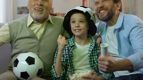 Familia de fanáticos del fútbol que celebran la meta preferida del equipo, partido de observación en casa almacen de video