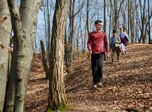 Familia de granjeros que caminan a través de bosque Fotos de archivo libres de regalías