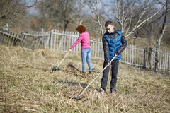 Familia de granjeros spring cleaning fotografía de archivo libre de regalías