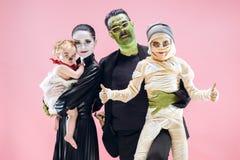 Familia de Halloween Muchachas felices del padre, de la madre y de los niños en el traje y el maquillaje de Halloween fotografía de archivo libre de regalías
