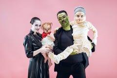 Familia de Halloween Muchachas felices del padre, de la madre y de los niños en el traje y el maquillaje de Halloween fotos de archivo libres de regalías