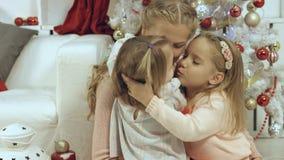 familia de la Corazón-perforación que consiste en una madre y dos hijas jovenes en el Año Nuevo Foto de archivo libre de regalías