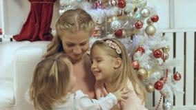 familia de la Corazón-perforación que consiste en una madre y dos hijas jovenes en el Año Nuevo Imagen de archivo libre de regalías