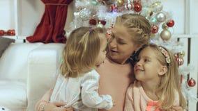 familia de la Corazón-perforación que consiste en una madre y dos hijas jovenes en el Año Nuevo Fotos de archivo