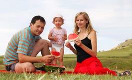 Familia de la felicidad en comida campestre Foto de archivo libre de regalías