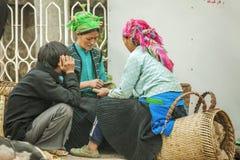 Familia de la minoría étnica en el mercado Foto de archivo libre de regalías
