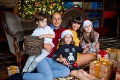 Familia de la Navidad de cinco personas, de padres felices y de sus niños Fotografía de archivo libre de regalías