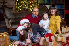 Familia de la Navidad de cinco personas, de padres felices y de sus niños Foto de archivo libre de regalías