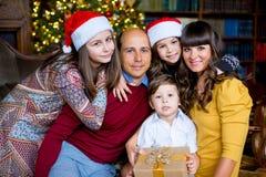 Familia de la Navidad de cinco personas, de padres felices y de sus niños Fotos de archivo libres de regalías