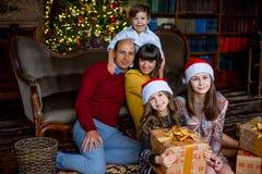 Familia de la Navidad de cinco personas, de padres felices y de sus niños Imagen de archivo