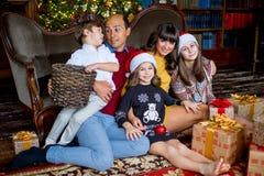 Familia de la Navidad de cinco personas, de padres felices y de sus niños Fotografía de archivo