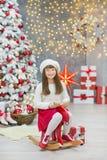 Familia de la Navidad junto cellebrating la hija y la madre del Año Nuevo del día de fiesta cerca del árbol blanco de Navidad con Foto de archivo libre de regalías