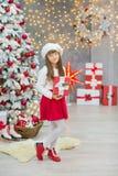 Familia de la Navidad junto cellebrating la hija y la madre del Año Nuevo del día de fiesta cerca del árbol blanco de Navidad con Imagen de archivo libre de regalías