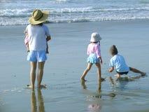 Familia de la playa Imagen de archivo libre de regalías
