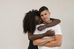 Familia de la raza mixta Esposa blanda joven que abraza a su marido loving imagenes de archivo