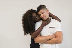 Familia de la raza mixta Esposa blanda joven que abraza a su marido loving fotos de archivo