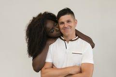 Familia de la raza mixta Esposa blanda joven que abraza a su marido loving imagen de archivo