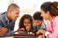 Familia de la raza mixta que juega el solitario foto de archivo libre de regalías