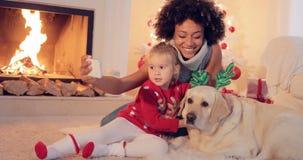 Familia de la raza mixta que toma el selfie de la Navidad fotografía de archivo