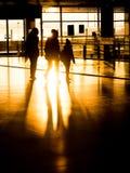 Familia de la silueta en el aeropuerto que se prepara para la salida imagenes de archivo