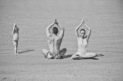 familia de la yoga de hombre, de mujer y de niño foto de archivo libre de regalías