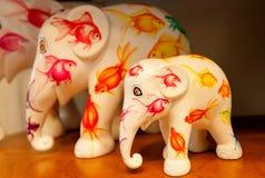 Familia de las figuras de elefantes del artista desconocido dentro de la tienda del arte con los juguetes Fotografía de archivo
