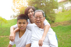 Familia de las generaciones del asiático tres foto de archivo