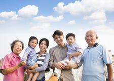 Familia de las generaciones que se une al aire libre foto de archivo