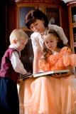 Familia de lectura Fotografía de archivo libre de regalías