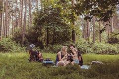 Familia de los Backpackers que cena en naturaleza Fotografía de archivo