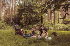 Familia de los Backpackers que cena en naturaleza Imagenes de archivo