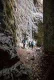 Familia de los caminantes en una cueva Imagen de archivo