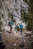 Familia de los caminantes en una cueva Fotografía de archivo