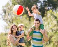 Familia de los jóvenes de las vacaciones Foto de archivo libre de regalías