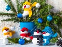 Familia de madera del equipo de la felpa del invierno de la Navidad del tablero de los muñecos de nieve Imagen de archivo libre de regalías