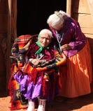 Familia de Navajo de 2 mujeres delante de la choza tradicional Foto de archivo libre de regalías