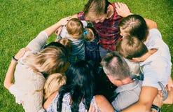 Familia de once que se colocan de abarcamiento en círculo Fotografía de archivo