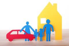 Familia de papel con el coche y la casa imagenes de archivo