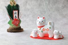 Familia de perro japonesa del Año Nuevo en fondo del Libro Blanco Imagen de archivo libre de regalías