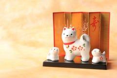 Familia de perro japonesa del Año Nuevo en fondo de papel tradicional Imágenes de archivo libres de regalías