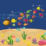 Familia de pescados divertidos bajo el mar libre illustration