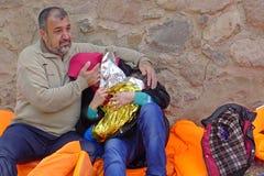 Familia de refugiado emocional Lesvos Grecia fotos de archivo libres de regalías