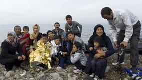 Familia de refugiado en la orilla de Lesvos Grecia Imagen de archivo
