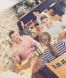 Familia de risa con los adolescentes que almuerzan Imagen de archivo